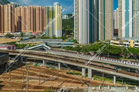 九龍灣の街並みとMTRの列車