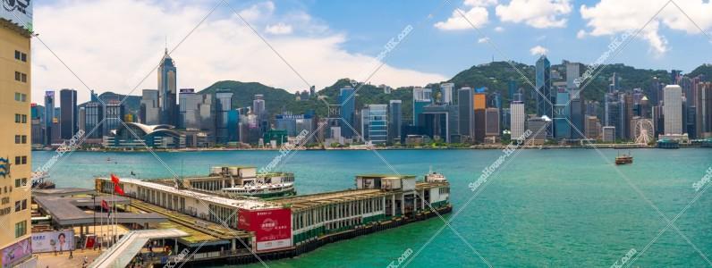 香港島の高層ビル群とスターフェリー乗り場(天星碼頭)