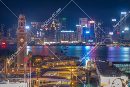尖沙咀の時計台(尖沙咀鐘樓)と香港島の高層マンション・ビルの夜景 その①