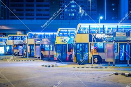夜の停車中のバス