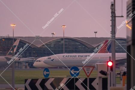 夕方のキャセイパシフィック航空の旅客機