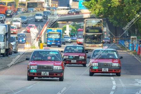 走行する三台のタクシー