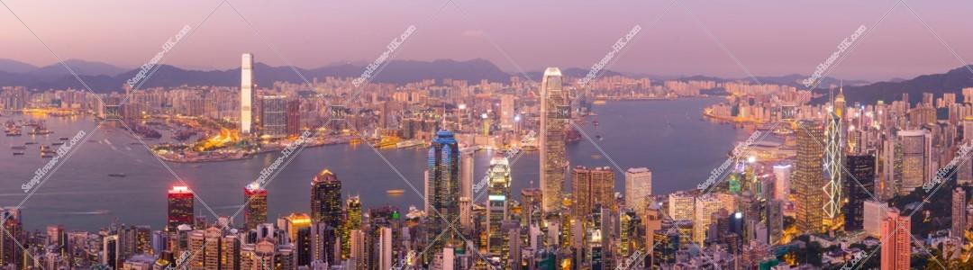 ヴィクトリア・ピークから見る香港の都市のパノラマ夕景 その②