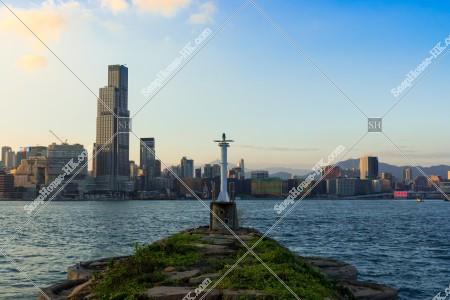 銅鑼湾(銅鑼灣) の灯台と尖沙咀の東側の風景 [横向き]
