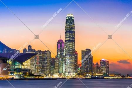 日没直前のセントラル(中環)の高層ビルの風景