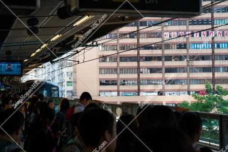 MTR 観塘線(觀塘綫)  観塘(觀塘) 駅のホームに到着する列車