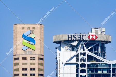 スタンダード・チャータード銀行ビルとHSBC本店ビルの高層階部とロゴ