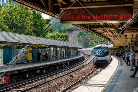 MTR 東鉄線(東鐵綫) 電光掲示板と到着する列車