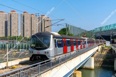MTR 東鉄線(東鐵綫) 川の上の橋を通過する列車 [横向き] その②