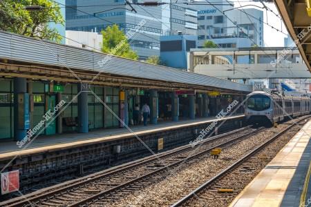 MTR 東鉄線(東鐵綫) 九龍塘駅を出発する列車
