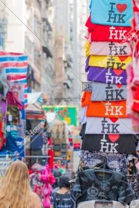 旺角 女人街(通菜街) 「I Love HK」のTシャツと歩く女性。