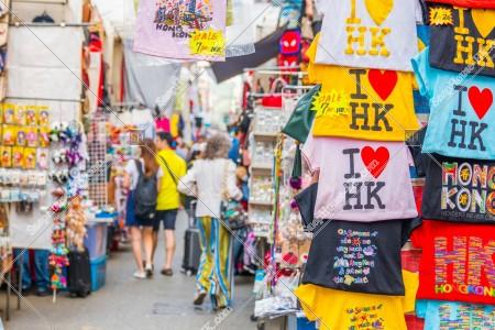 旺角 女人街(通菜街) 「I Love HK」のTシャツと歩く人々