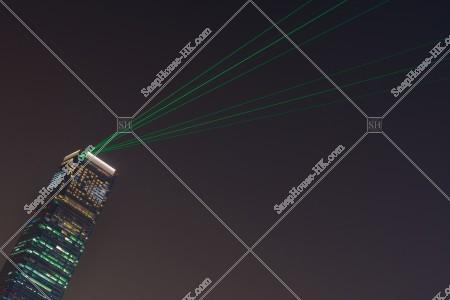 西九龍エリアのシンフォニー・オブ・ライツの様子。環球貿易廣場(ICC)のレーザーショー。 レーザー6本 [斜め向き]