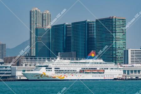 尖沙咀と停船中の豪華客船