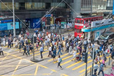 セントラル(中環)の横断歩道を渡る人たち