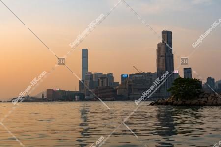 銅鑼灣から見る九龍半島の夕方