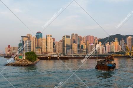 銅鑼灣 避風塘から見る北角の夕方と渡し舟