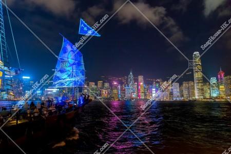 出発する観光船とセントラル(中環)の夜景