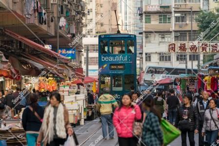 春秧街の商店街を歩く人々と香港トラム [横向き] その②