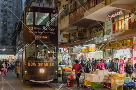 夜の春秧街を通過する香港トラム