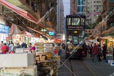 夜の春秧街の商店街と通過する香港トラム その②