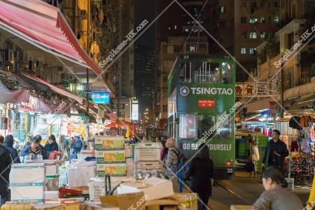 夜の春秧街の商店街と通過する香港トラム その⑦