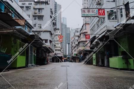 佐敦 雨の日の朝の寶靈街の露天街の風景