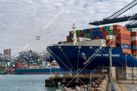 葵青コンテナターミナル(葵青貨櫃碼頭)とコンテナ船