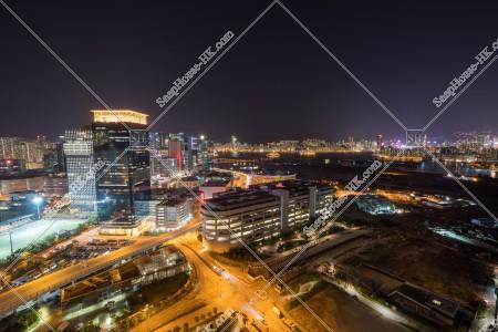 九龍湾の商業ビル(写真左側)と紅磡・香港島(右側)の夜景
