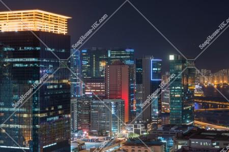 九龍湾の商業ビル群の夜景