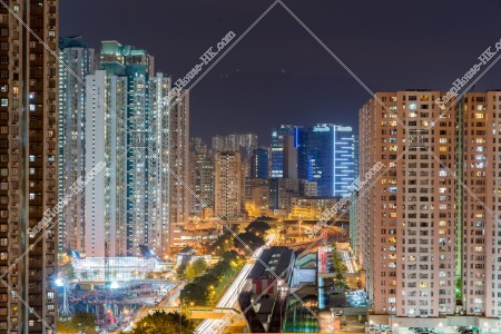 MTR 九龍湾駅とその周辺ビル・マンションの夜景 [横向き] その②