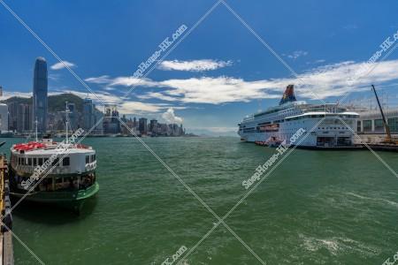 スターフェリー(天星小輪)とクルーズ船