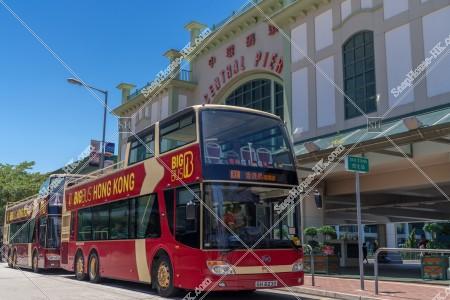セントラル フェリー乗り場と観光バス「BIG BUS」