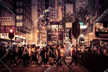 銅鑼灣 香港トラム(叮叮)と歩行者
