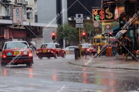 新蒲崗 雨とタクシー