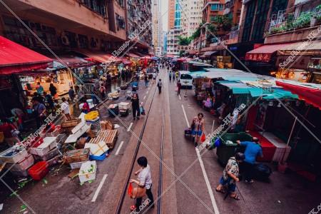 北角 春秧街の商店街を歩く人々と香港トラム その②