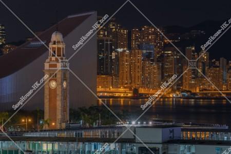 尖沙咀の時計台(尖沙咀鐘樓)と北角の高層マンション・ビルの夜景