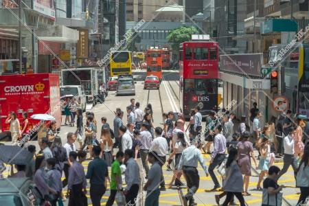 上環 德輔道中 横断歩道と歩く人々