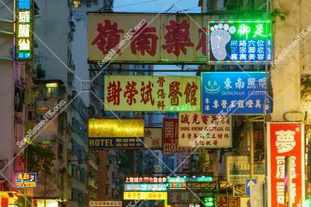旺角の夜の街並みと看板 その③