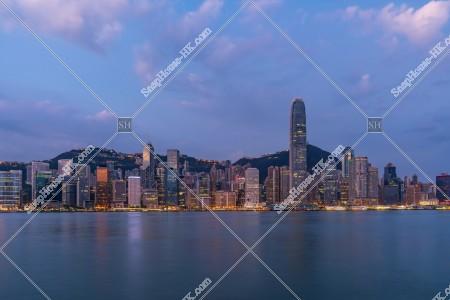 夜明け前のセントラル(中環)の高層ビル群の風景 その①