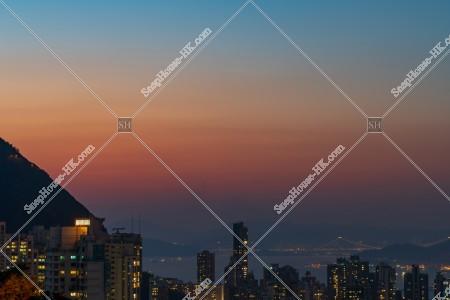 上環の高層ビルとヴィクトリア・ハーバーの夕景 その②