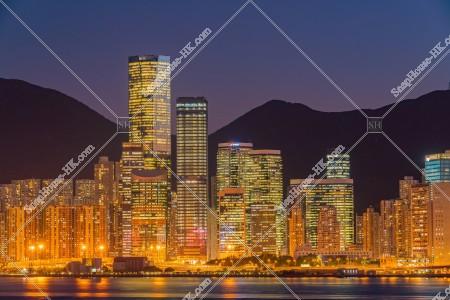 鰂魚涌の高層ビルの夜景