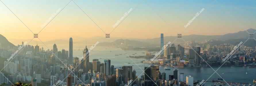 香港島と九龍半島の夕方のパノラマスカイラインビュー