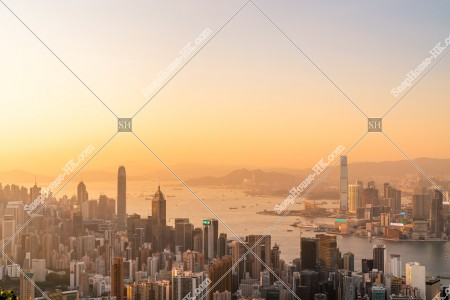 香港島と九龍半島の夕方のスカイラインビュー その③