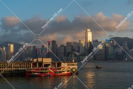 夕方の尖沙咀スターフェリー乗り場(尖沙咀天星碼頭)と香港島の高層ビル群 その③