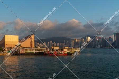 夕方の尖沙咀スターフェリー乗り場(尖沙咀天星碼頭)と香港島の高層ビル群 その⑤