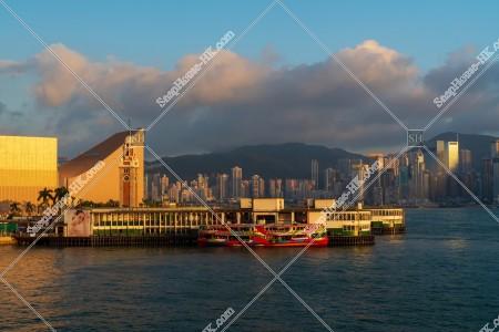 夕方の尖沙咀スターフェリー乗り場(尖沙咀天星碼頭)と香港島の高層ビル群 その⑥
