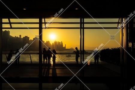 夕方の香港島を眺める人々