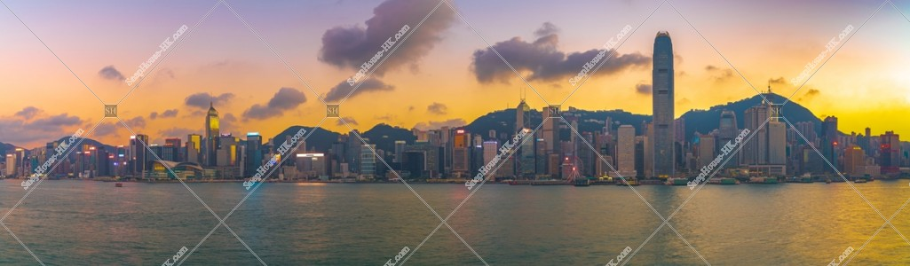 日没時間帯の香港島の高層ビル群のパノラマ風景