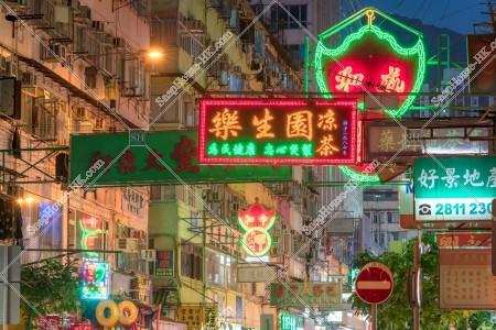 荃灣の夜の街並みと看板 その①